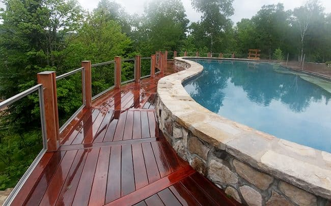 Patio de piscine en pin brun